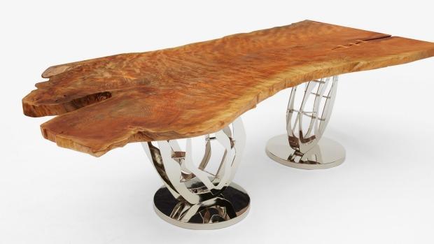 Una espléndida mesa de comedor, fabricada con madera de totana recuperada.