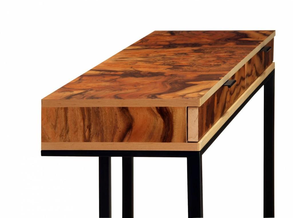 Wishbone 2 drawer, es un diseño fabricado en madera y metal.