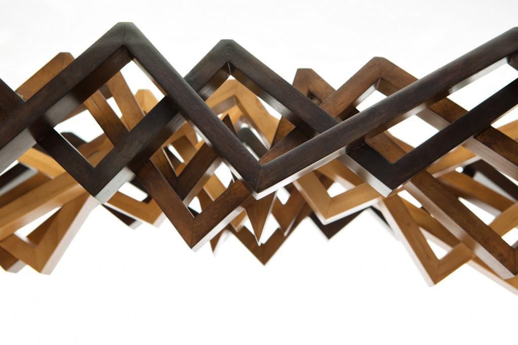 Como unas tablas de madera que se desestructuran, se presenta esta consola