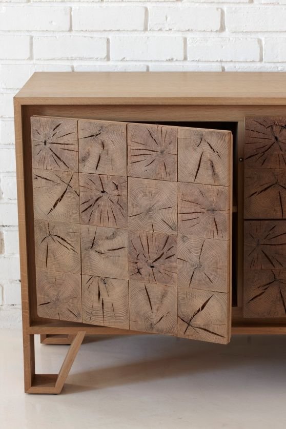 Un interesante diseño de consola, puertas formadas con centros de troncos.