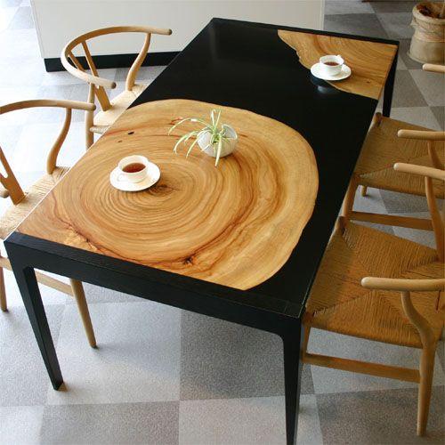 Una mesa de comedor, compuesta por distintos materiales a contraste.