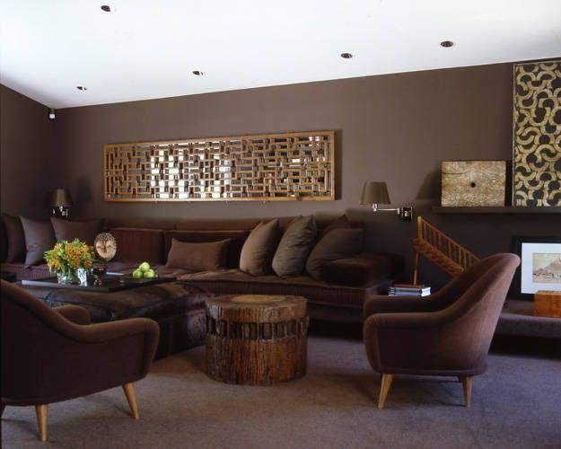 Gama de marrones, en las tapicerías y las paredes de este salón.