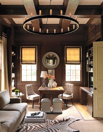 El color marrón y la simetría, son la base decorativa de esta estancia.