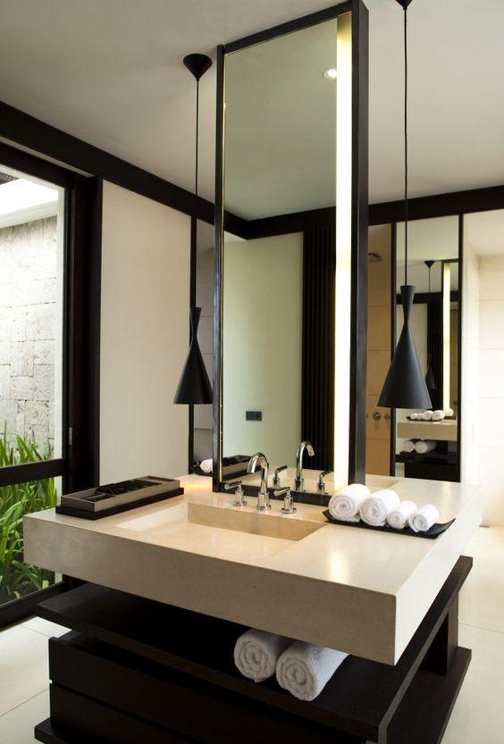 Una sencilla pieza que llega hasta el techo, de este moderno baño.