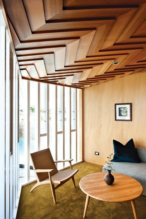 Un decorativo techo de madera, dispuesto en forma de espigas.