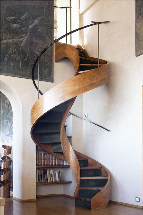 La madera curvada, imprime carácter a esta escalera de caracol.