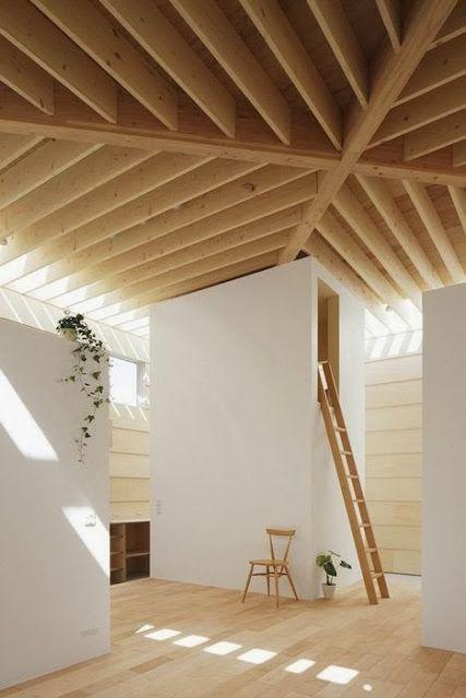 La madera en tonos claros, marcan el diseño del suelo y el techo de esta estancia.