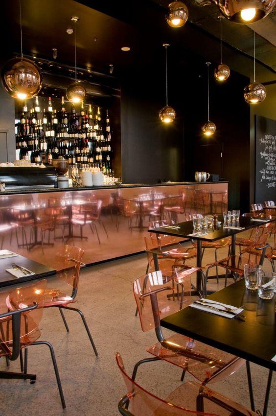Una brillante barra y unas sillas transparentes, son el toque cobrizo de este restaurante.
