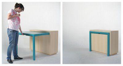 Una mesa que se repliega en el interior de un mueble.