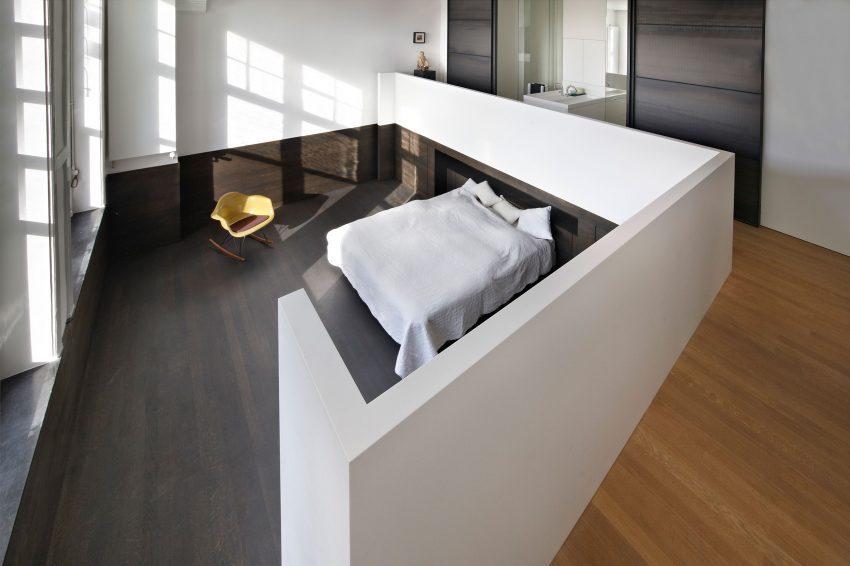 Un tabique a media altura en tono blanco, es la pieza destacada en este espacio.