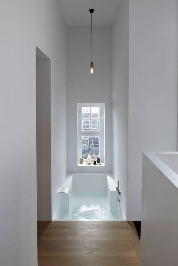 Una espectacular bañera, integrada en el dormitorio principal.
