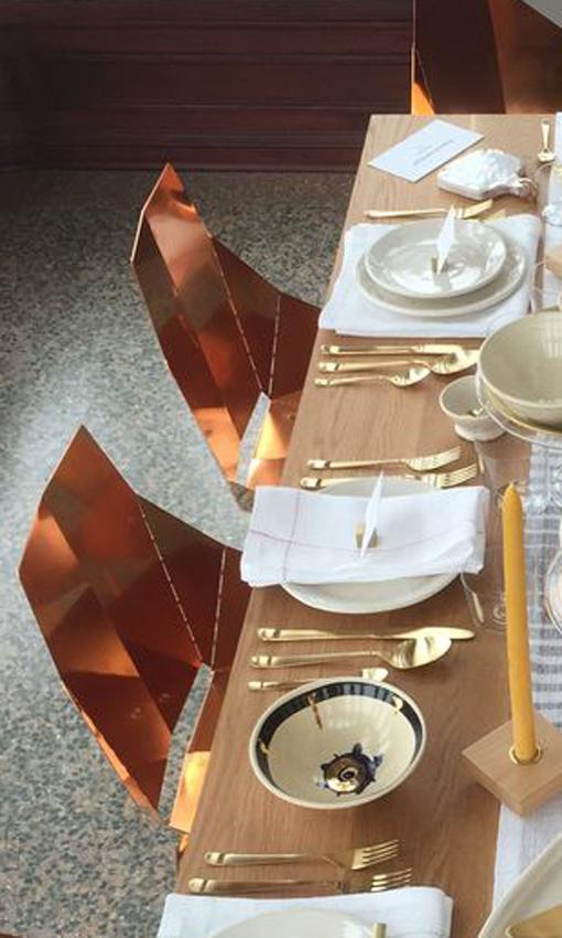 Aquí vemos este diseño, alrededor de una mesa de comedor.