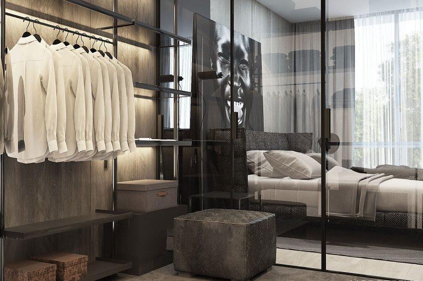 Un armario minimalista, con frentes de cristal que deja pasar la luz natural, que entra por los ventanales.