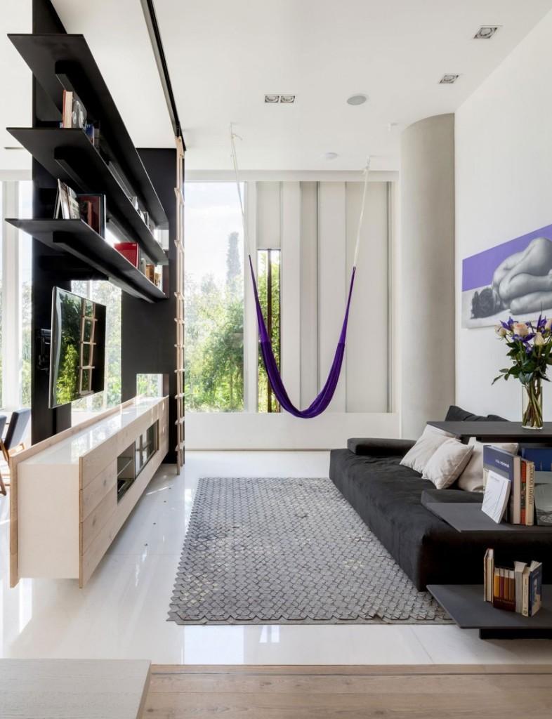Tonos madera natural, blancos, grises y negros componen junto con toques de añil, la gama cromática de este salón.