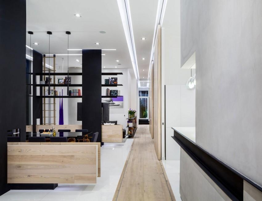 A diferencia del resto de la casa, el suelo del pasillo es de madera.