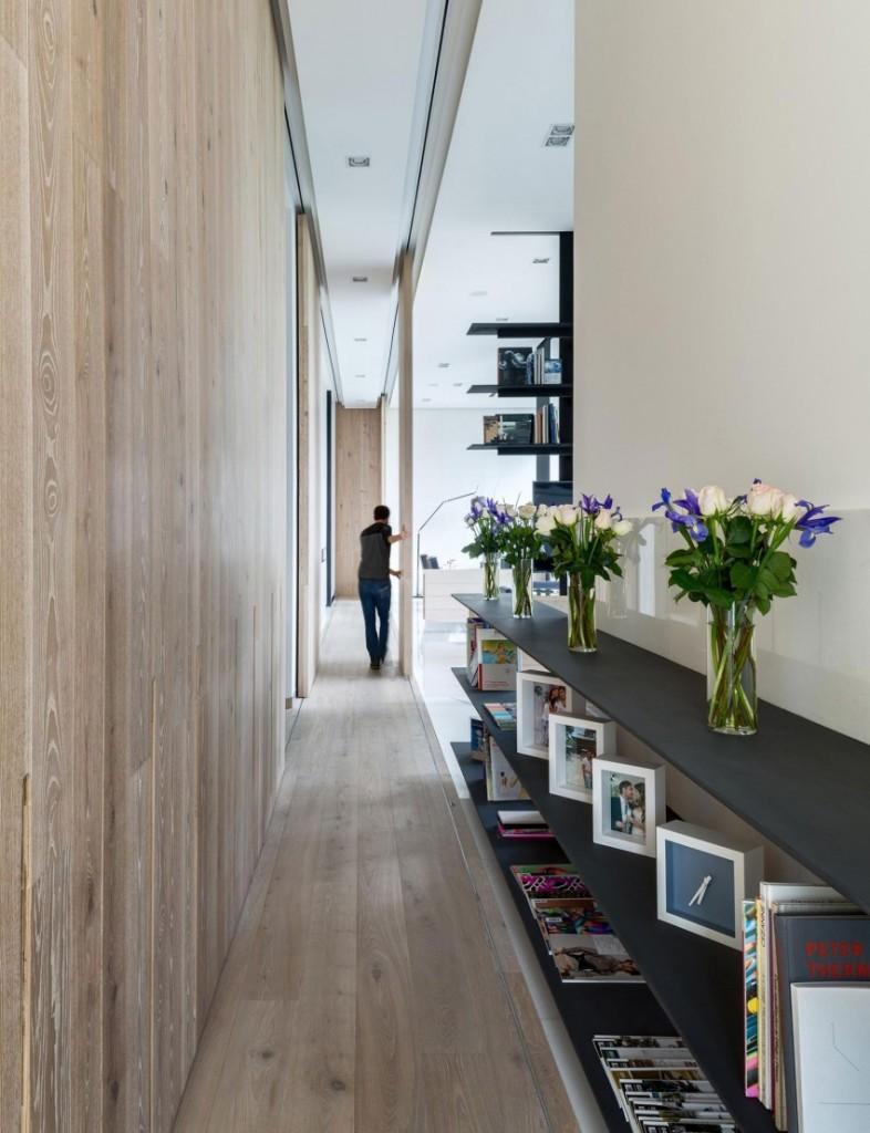 Este alargado corredor sirve como distribuidor de distintas estancias.