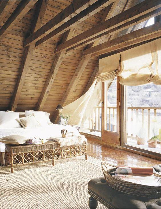 Un techo a dos aguas, que muestra un bonito artesonado de madera.