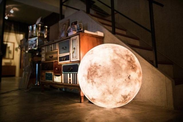 Mete la luna en casa, con este original diseño de lámpara.