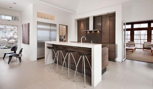 Marrón, blanco y acero inoxidable, son los tonos en los que se asienta el diseño de esta cocina.