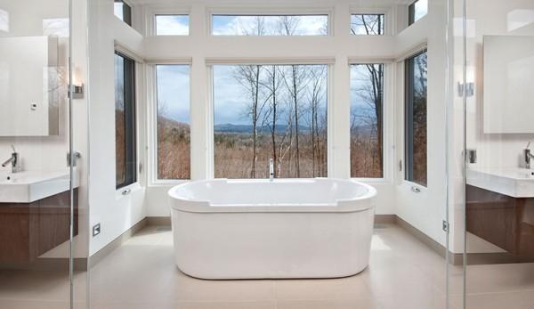 Una bañera enmarcada entre grandes ventanales con esplendidas vistas del exterior.