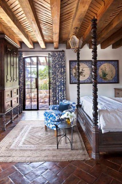 Un dormitorio, donde el patrón de espiga, se repite en suelo y techo.
