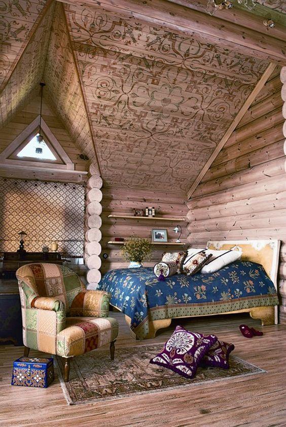 Un abuhardillado techo de madera con dibujos geométricos.