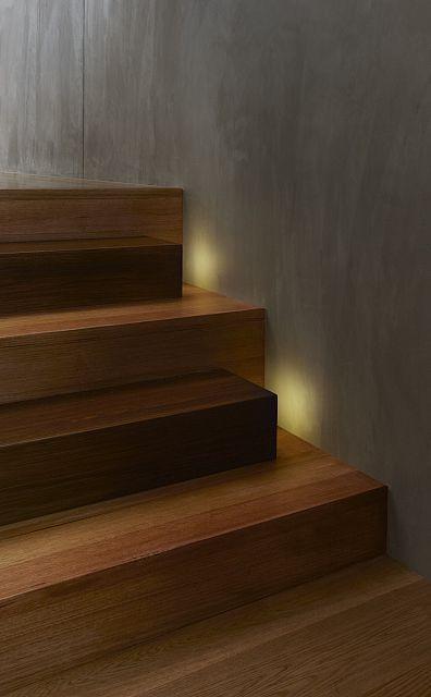 Una sutil idea para esconder el punto de luz, que señaliza el peldaño muy interesante.