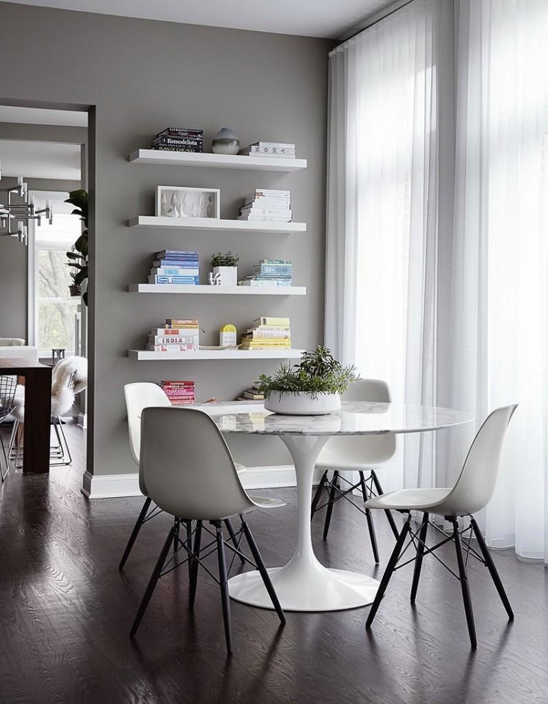 Largos visillos blancos, tamizan la luz de los ventanales del office.