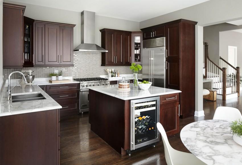 Contraste de materiales y estilos en la amplia cocina.