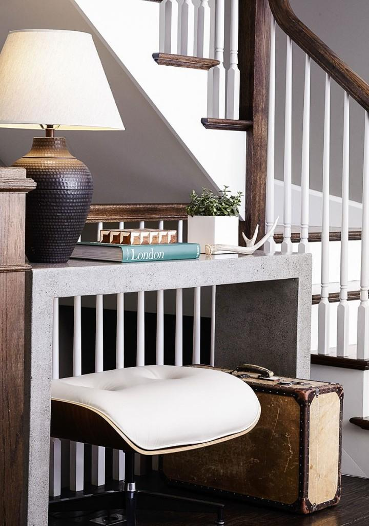 Una estupenda combinación de colores, el de la barandilla de esta escalera.