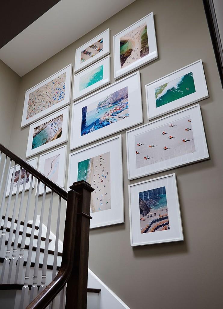 Coloristas fotografías visten las paredes de la escalera.