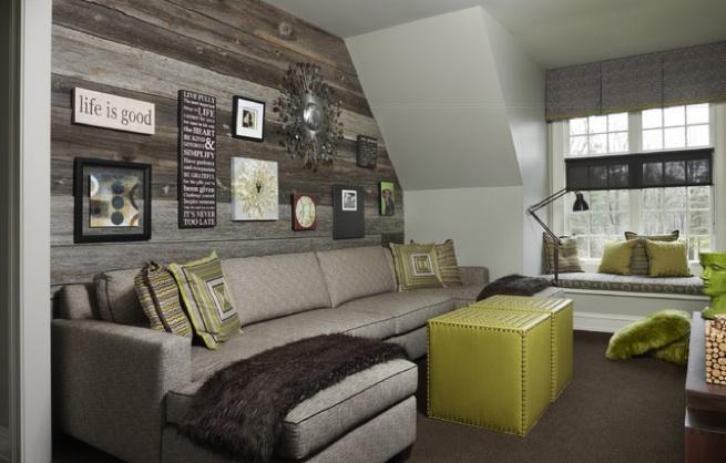 Rusticas tablas de madera para cubrir las paredes de este salón.