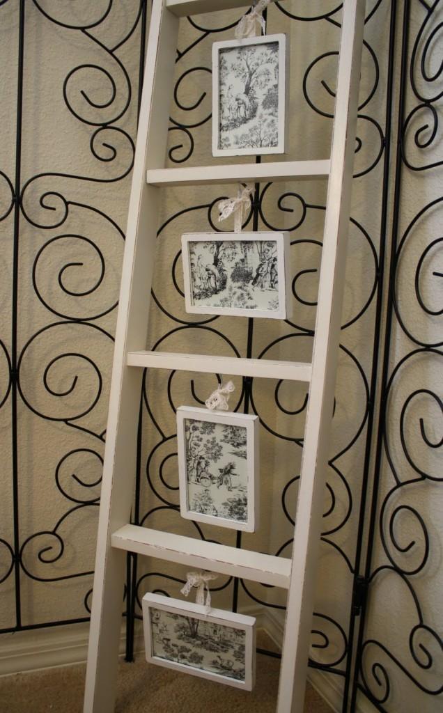 Fotografías colgadas de una sencilla escalera.