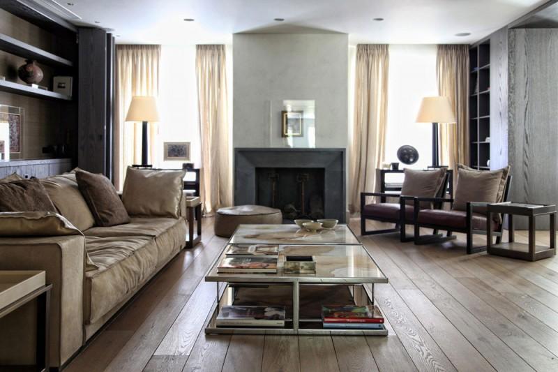 Un salón con suelos y mobiliario de madera con un toque rústico.