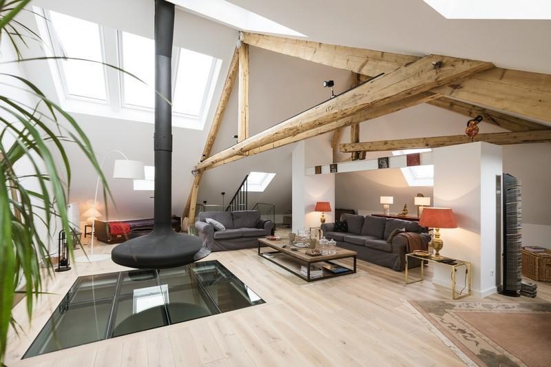 Un espacio abuhardillado, decorado con diferentes materiales rústicos.