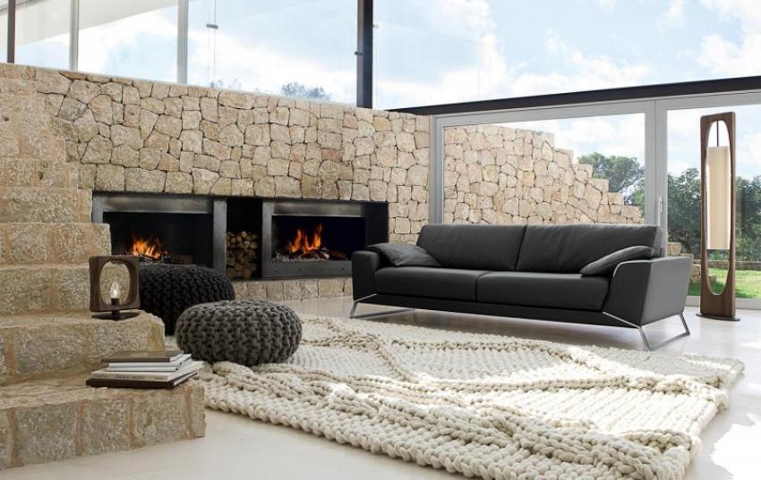 Una alfombra artesanal, en un espacio de estilo minimalista y rústico a la vez.