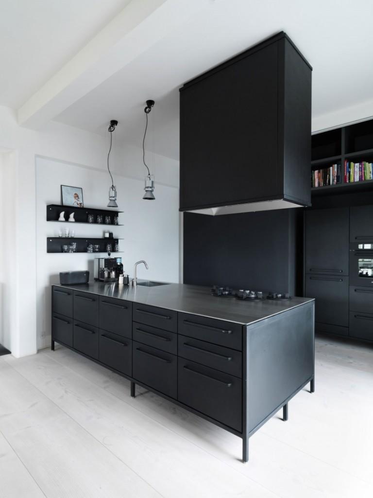 Líneas rectas y un tono gris muy oscuro, en la sencilla cocina.