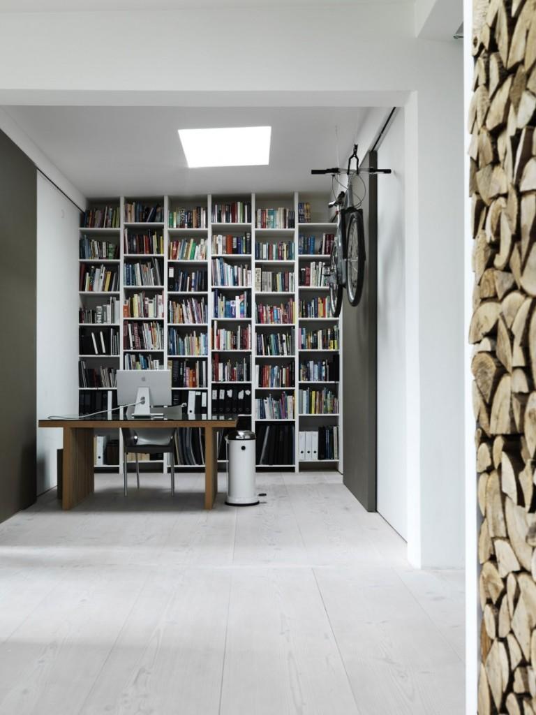 Un espacio de estudio con una práctica claraboya en el techo.