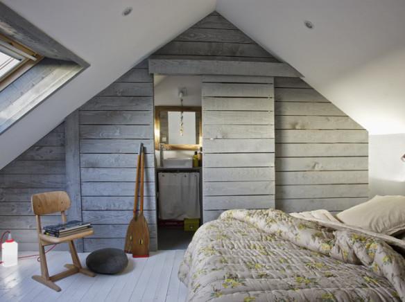 Una tradicional combinación en el estilo nórdico, es esta de la madera en tonos grises y el color blanco.