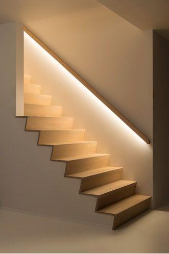 La iluminación escondida bajo el pasamanos de la escalera es otra de las posibles opciones.