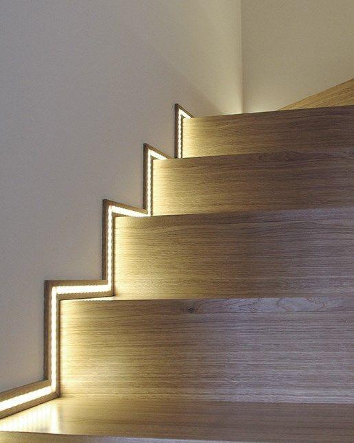 Escalones iluminados con luz LED, siguiendo la forma de los peldaños.
