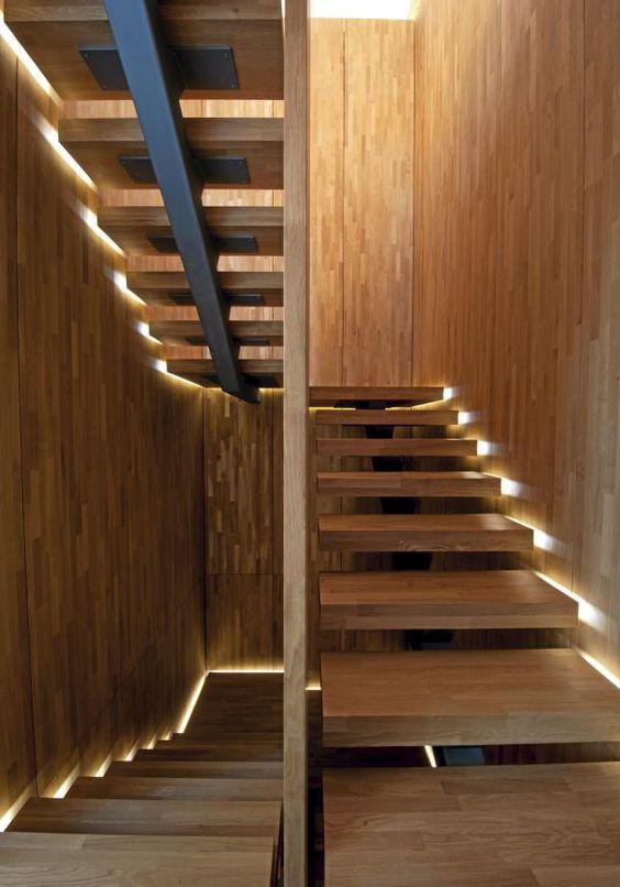 Iluminación en el lateral de los peldaños de la escalera.