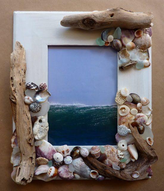 Con caracolas , pequeñas piedras y trozos de madera se adornó este marco.