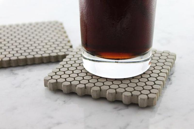 Una idea para hacerla tu mismo, es esta de los posavasos de cemento.