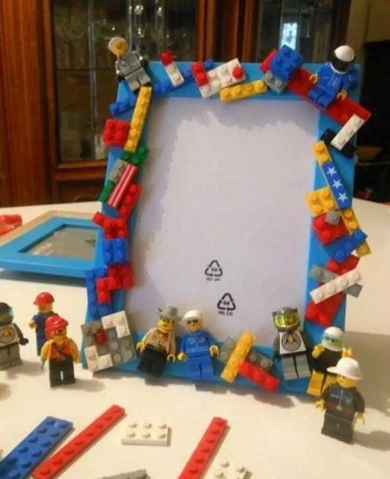 Lego, que hoy día está hasta en la sopa, no podía faltar en la decoración de un divertido marco.