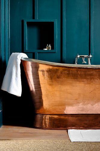 Los tonos cobrizos, crean un interesante efecto decorativo, combinados con este denso color azul.
