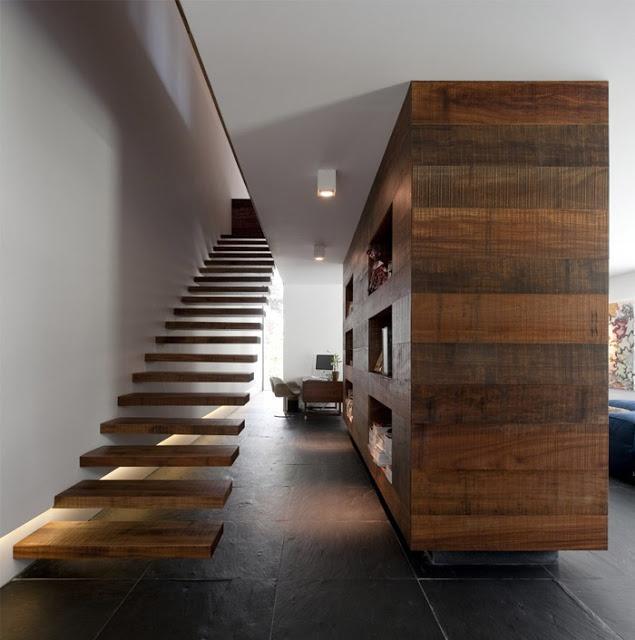 Como un grueso bloque de madera, en mitad de la moderna estancia.