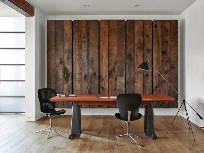 Unos paneles, a modo de obra de arte sobre la pared tras la mesa de trabajo.