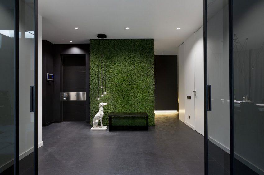 Un jardín vertical, destaca en la estancia bicolor.