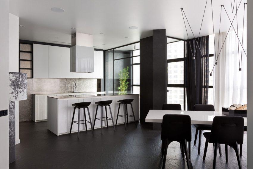El contraste blanco y negro continua en la zona de cocina y comedor.